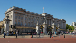 Static Shot Of Crowds In Front Of Buckingham Palace In London. Shot On A Sunny S stock footage