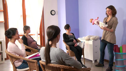 Course For Pregnant Expectant Women Moms Mother Learning Diaper Use ビデオ