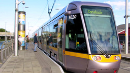Luas Red Line Tram at Drimagh Tram Station Dublin ビデオ